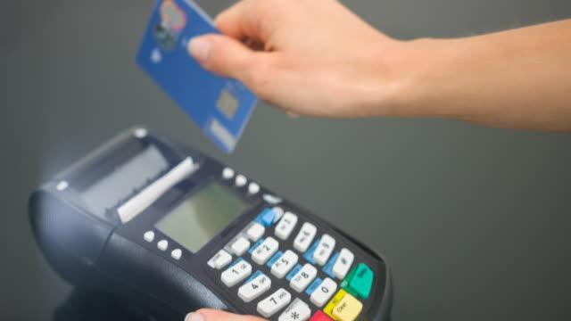 frau, die die zahlung mit kreditkarte und pin-code eingabe - financial bill stock-videos und b-roll-filmmaterial