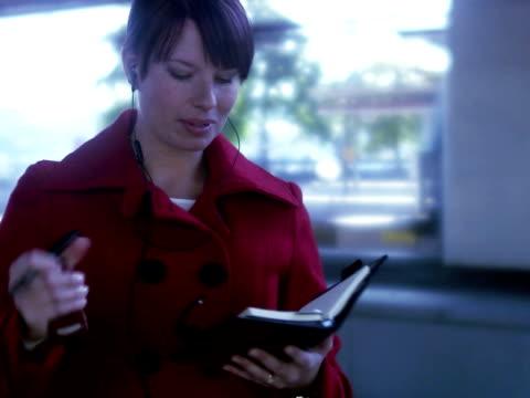 vídeos de stock e filmes b-roll de a woman making plans on a platform sweden. - trabalhadora de colarinho branco