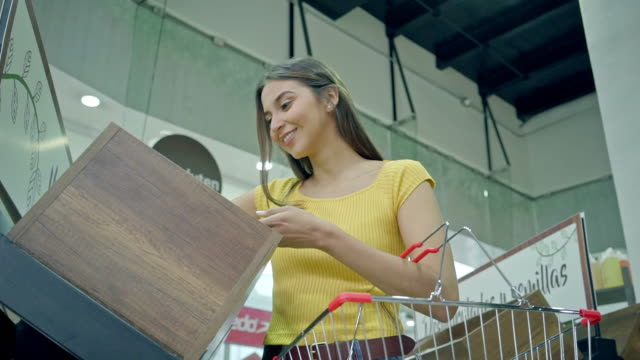 frau, die im supermarkt einkauft - lateinische schrift stock-videos und b-roll-filmmaterial