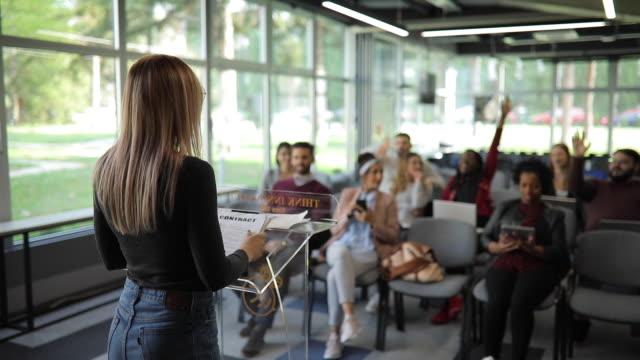 vidéos et rushes de gestionnaire de femme s'adressant à l'équipe à la réunion de conseil dans l'entreprise - discours
