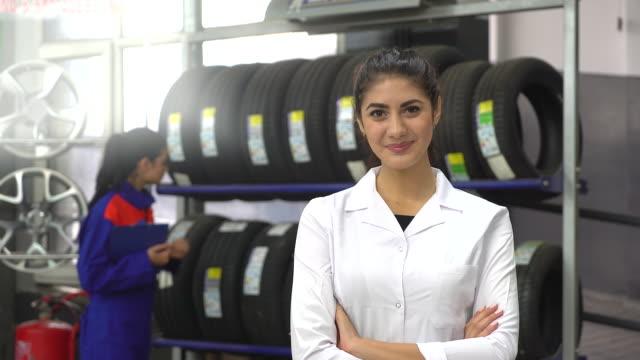 vídeos de stock e filmes b-roll de mulher gerente em serviço de reparação auto - oficina