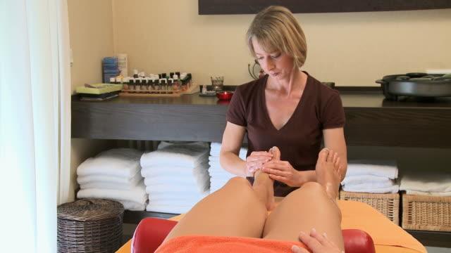 ms woman massage in wellness center / saarburg, rhineland-palatinate, germany - マッサージ台点の映像素材/bロール