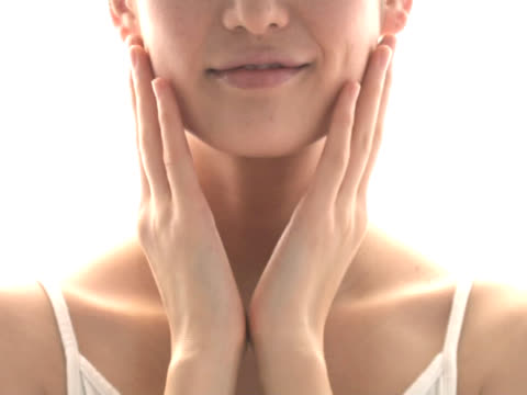 vídeos y material grabado en eventos de stock de woman massaging her face - tratamiento de belleza