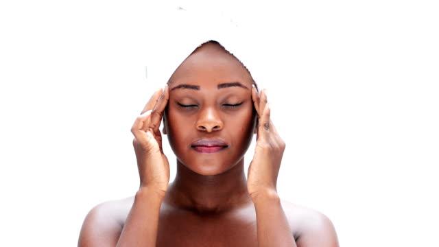 vidéos et rushes de femme masser son chef - tête composition