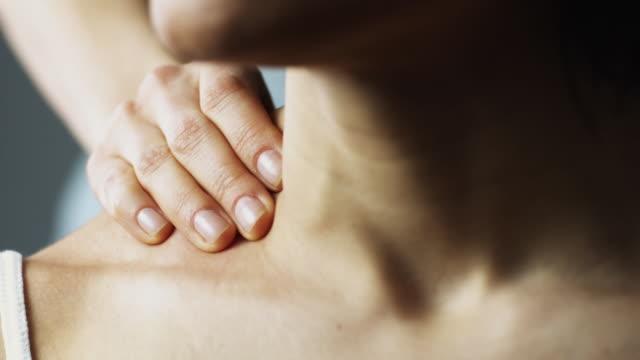 vídeos y material grabado en eventos de stock de slo mo ecu r/f tu td woman massaging woman's shoulders in studio / new york city, new york state, usa - sin camisa