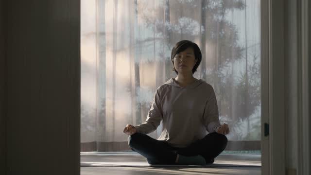 vídeos y material grabado en eventos de stock de mujer meditando en casa - posa del loto