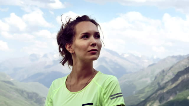 woman meditating. high mountains range. close up - posa del loto video stock e b–roll