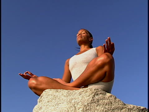 woman meditating - posa del loto video stock e b–roll