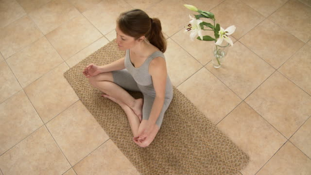 woman meditating - 胡坐点の映像素材/bロール