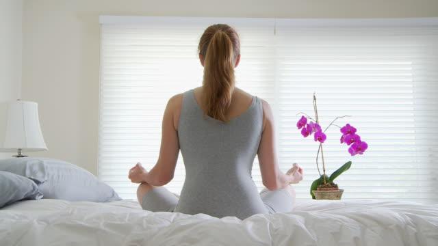 vidéos et rushes de woman meditating - posture du lotus