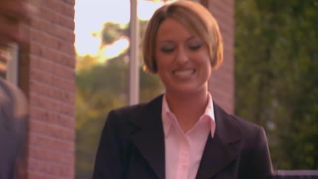 vídeos y material grabado en eventos de stock de woman meeting a man for business meeting at outdoor cafe - vestimenta de negocios formal