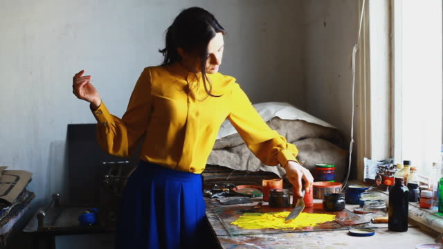 woman mixing paint - gelb stock-videos und b-roll-filmmaterial