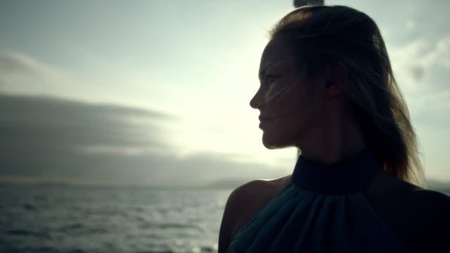 vidéos et rushes de modèle femme sur yacht. portrait. - marin
