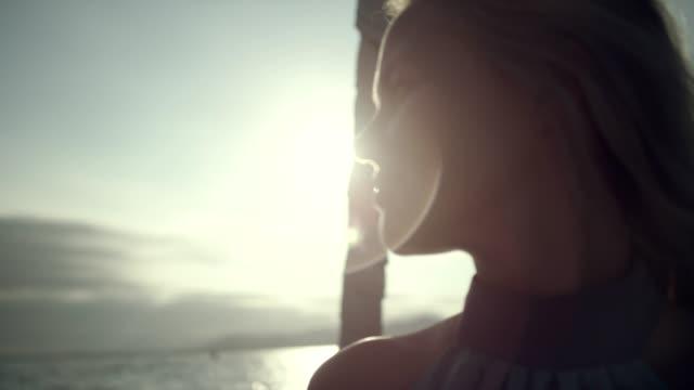 ヨットの上での女性モデル。肖像画。 - アウトドア点の映像素材/bロール