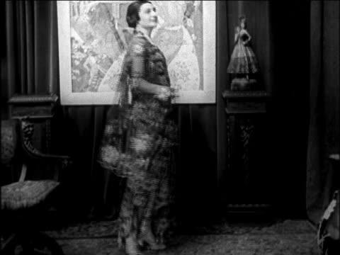 vidéos et rushes de b/w 1922 woman modeling flower-printed dress + stole / newsreel - châle