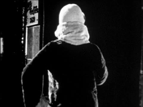 stockvideo's en b-roll-footage met b/w 1929 woman modeling fur-trimmed coat + hat on sidewalk / newsreel - winterjas