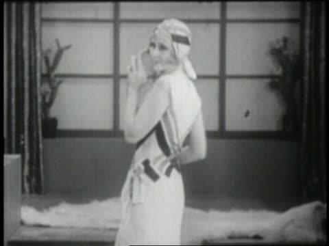 vídeos de stock e filmes b-roll de b/w 1929 woman modeling tennis dress with matching hat - desfile de moda