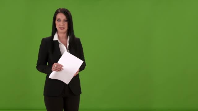 stockvideo's en b-roll-footage met hd: woman moderating entertainment news show - perskamer