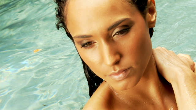 女性の顔に触れて、髪のプール - 人の首点の映像素材/bロール