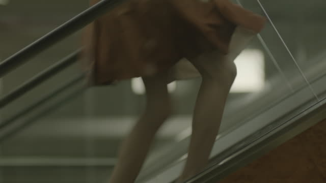 vídeos y material grabado en eventos de stock de woman moving up an escalator. - tacones altos
