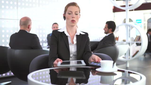 HD DOLLY: Femme multitâche pendant une pause-café