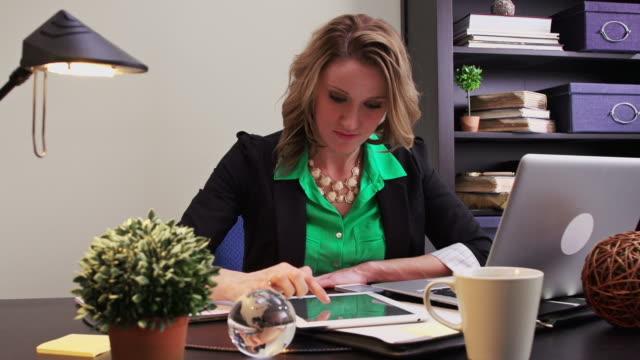 vídeos de stock e filmes b-roll de mulher multitasks no tablet e computador portátil, smartphone - contente