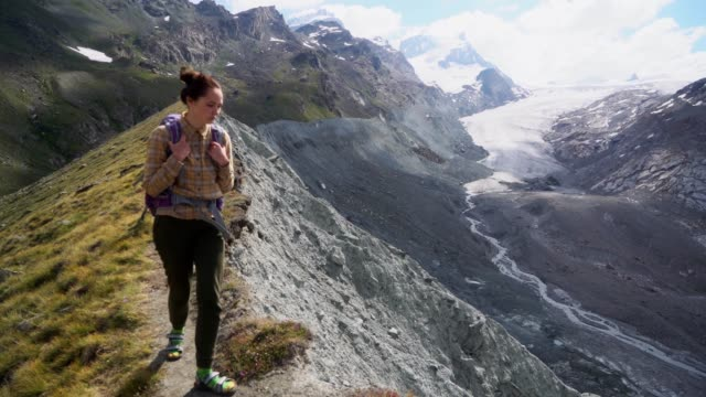frau in der nähe des gletschers in schweizer alpen - bach stock-videos und b-roll-filmmaterial