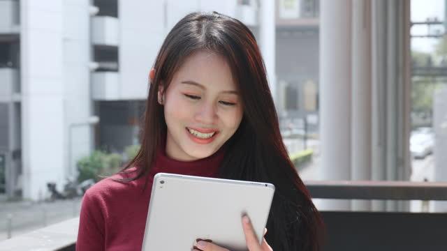frau asiatischer abstammung, im alter von 20-30 jahren, im chat mit einem freund. per handy oder smartphone - weibliche angestellte stock-videos und b-roll-filmmaterial