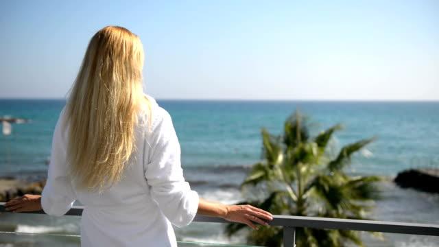 vidéos et rushes de femme sur un balcon avec vue sur la mer - s'évader du réel
