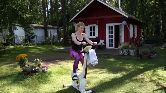 vídeos y material grabado en eventos de stock de woman on a bike trainer - camisola