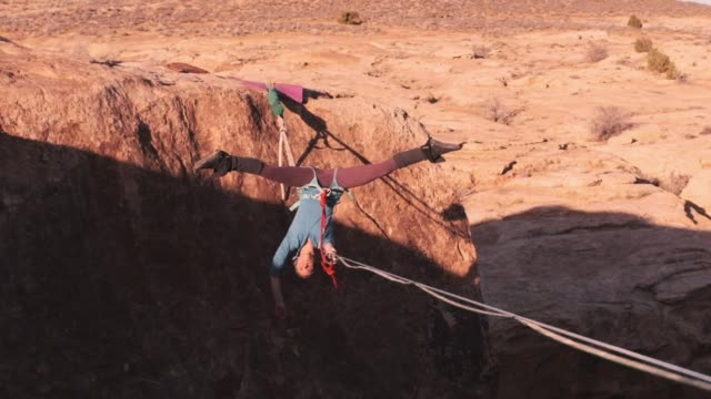 frau auf einer hochlinie in moab utah - risiko stock-videos und b-roll-filmmaterial