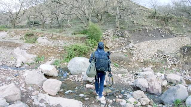 vidéos et rushes de femme sur un sentier de montagne - suivre activité avec mouvement