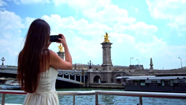Frau auf einer Pariser Flusskreuzfahrt