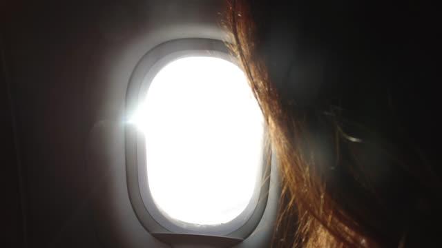 vidéos et rushes de woman on a plane - hublot