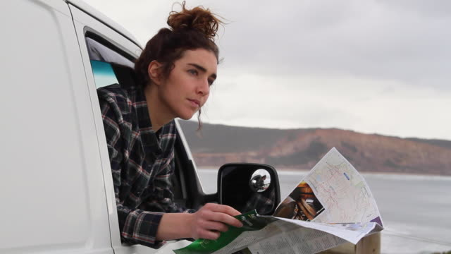 stockvideo's en b-roll-footage met woman on a road trip - verdwaald