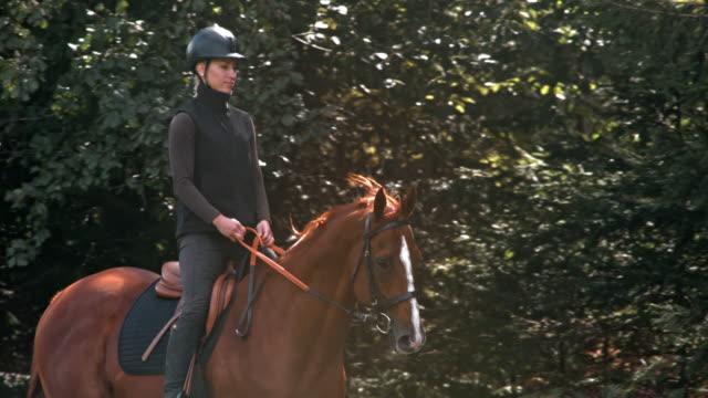 SLO MO TS vrouw op een lopende bruin paard