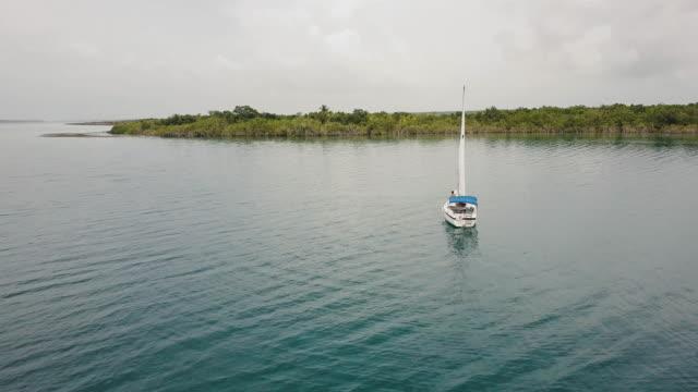 Vrouw op een zeilboot aan Bacalar lagune, Mexico