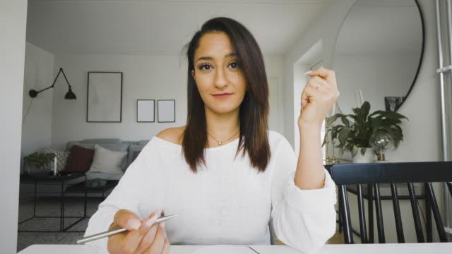 kvinna på en videokonferens samtal pov - webbkamera bildbanksvideor och videomaterial från bakom kulisserna