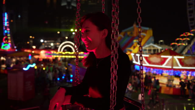 vídeos de stock e filmes b-roll de pov, woman on amusement park ride - carnaval evento de celebração