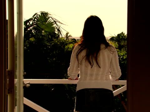 ms,  woman on balcony,  looking at view,  rear view,  harbour island,  bahamas - fächerpalme stock-videos und b-roll-filmmaterial