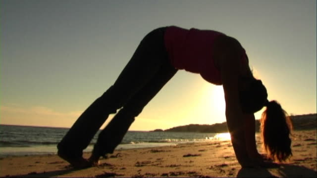 vidéos et rushes de woman on beach doing exercises - seulement des jeunes femmes