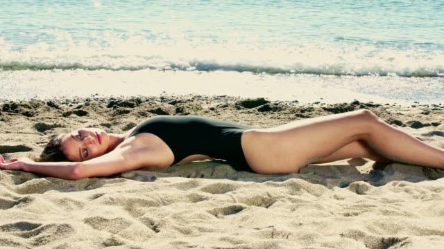 vídeos y material grabado en eventos de stock de woman on beach - sólo mujeres jóvenes