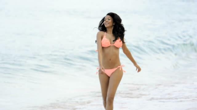 frau am strand - bikinihose stock-videos und b-roll-filmmaterial
