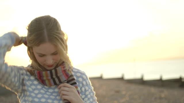 vídeos y material grabado en eventos de stock de mujer en la playa - pañuelo de cabeza