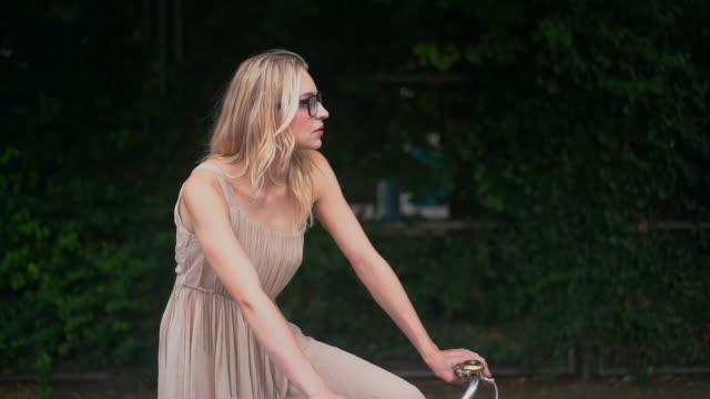 vídeos de stock e filmes b-roll de woman on bike - guiador