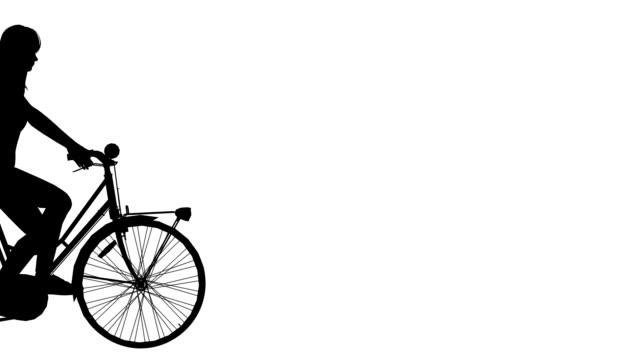 vidéos et rushes de femme sur cycle ride (transition) - vue latérale