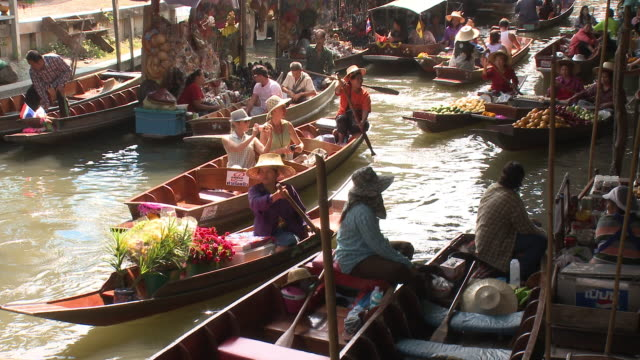 vídeos de stock, filmes e b-roll de ws ms ha woman on damnoen saduak floating market, bangkok, thailand - 45 49 anos