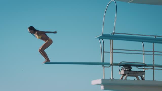 vídeos de stock e filmes b-roll de mulher na prancha de mergulho - mergulho desporto