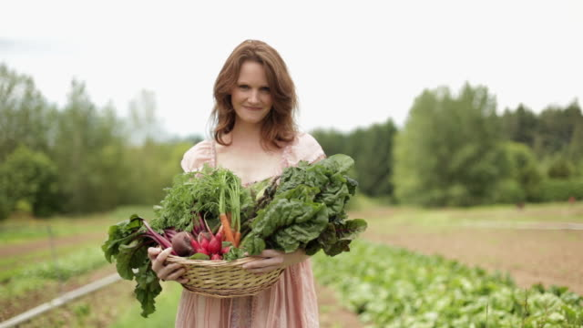 woman on farm with basket of fresh vegetables - korg bildbanksvideor och videomaterial från bakom kulisserna