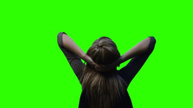 vídeos y material grabado en eventos de stock de ms woman on green screen relaxing - manos detrás de la cabeza